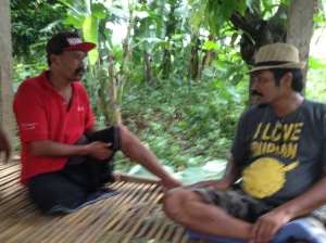 Dek talking to the head of one of the banjar's at Songket B